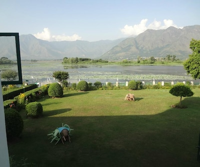 Samad's Island of Peace,Srinagar