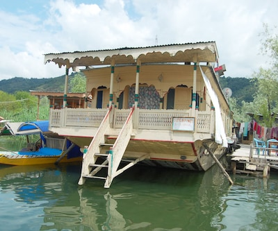 Young Normandi Houseboat,Srinagar