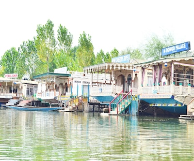 New Cherry Ripe Houseboat,Srinagar