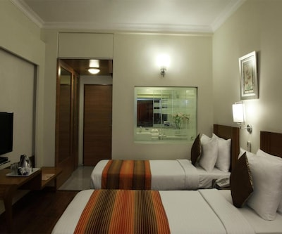 Single AC Type 2 Room, https://imgcld.yatra.com/ytimages/image/upload/c_fill,w_400,h_333/v1443680847/Domestic Hotels/Hotels_Mumbai/The Regency Hotel/Bedroom_1.jpg