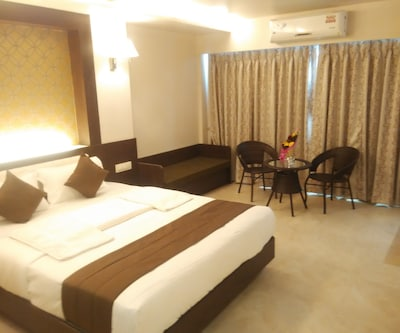 Executive Single Room, https://imgcld.yatra.com/ytimages/image/upload/c_fill,w_400,h_333/v1455785560/Domestic Hotels/Hotels_Mumbai/Hotel Sai Residency/Executive_Room_2.jpg