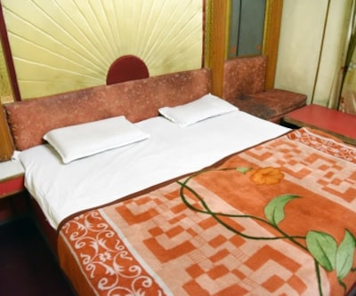 Deluxe Room Only, https://imgcld.yatra.com/ytimages/image/upload/c_fill,w_400,h_333/v1467517600/Domestic Hotels/Hotels_Amritsar/Hotel Shehnaz/Deluxe Room/Deluxe_Room_rliamY.jpg