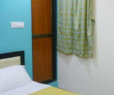 Standard Double Room, https://imgcld.yatra.com/ytimages/image/upload/c_fill,w_400,h_333/v1467519940/Domestic Hotels/Hotels_Mumbai/I Hotel/Standard Double Room/Standard_Double_Room_cVdLmZ.jpg