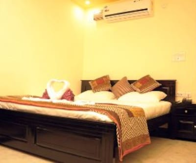 Super Deluxe Room, https://imgcld.yatra.com/ytimages/image/upload/c_fill,w_400,h_333/v1467524932/Domestic Hotels/Hotels_Jaipur/Nahar Singh Haveli/Super Deluxe Room/Super_Deluxe_Room_lEy3eD.jpg