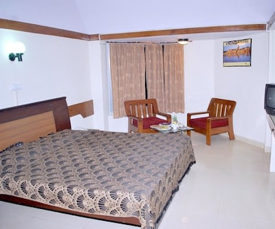 Double Bedroom, https://imgcld.yatra.com/ytimages/image/upload/c_fill,w_400,h_333/v1467524986/Domestic Hotels/Hotels_Agra/Gulshan Tourist House/Double Bedroom/Double_Bedroom_RUWW49.jpg