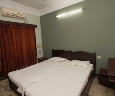 A/C Double Room, https://imgcld.yatra.com/ytimages/image/upload/c_fill,w_400,h_333/v1467525470/Domestic Hotels/Hotels_Pondicherry/Jaya Inn/A/C Double Room/A/C_Double_Room_r89hRl.jpg