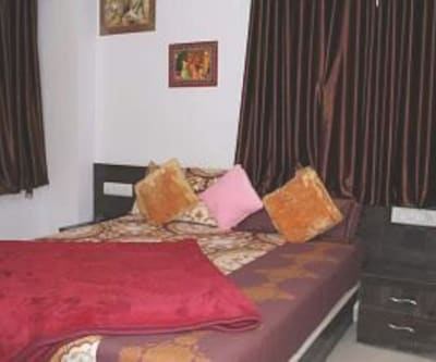 Deluxe Ac Double Room, this  deluxe air-conditioned room has  television, room heater, wardrobe, makeup mirror and an attached bathroom with hot and cold water.
