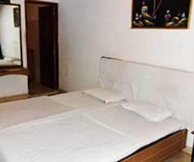 Non AC Room, https://imgcld.yatra.com/ytimages/image/upload/c_fill,w_400,h_333/v1467528171/Domestic Hotels/Hotels_Bhopal/Hotel Hilton Palace/Non AC Room/Non_AC_Room_jQp04Q.jpg