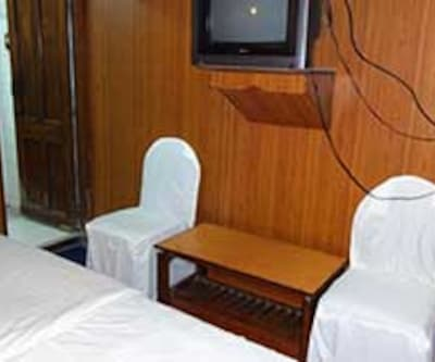AC Room, https://imgcld.yatra.com/ytimages/image/upload/c_fill,w_400,h_333/v1467528173/Domestic Hotels/Hotels_Bhopal/Hotel Hilton Palace/AC Room/AC_Room_eJ1aVZ.jpg