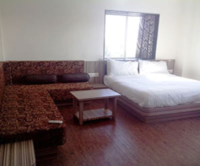 Executive Twin Bed Double Non AC, https://imgcld.yatra.com/ytimages/image/upload/c_fill,w_400,h_333/v1467530996/Domestic Hotels/Hotels_Indore/Hotel Siddhant/Executive Twin Bed/Executive_Twin_Bed_yN5C7m.jpg