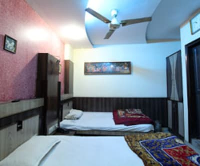 Deluxe Room, https://imgcld.yatra.com/ytimages/image/upload/c_fill,w_400,h_333/v1467531959/Domestic Hotels/Hotels_New Delhi/Hotel Vin Inn/Deluxe Room/Deluxe_Room_ImvX6h.jpg