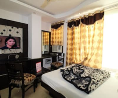 Super Deluxe Room, Super deluxe rooms offer a nice and comfortable stay. These rooms are gracefully equipped with soft beds, make-up mirror, spacious wardrobes, TV set with premium channels and neat attached bathrooms with hot/cold water supply.