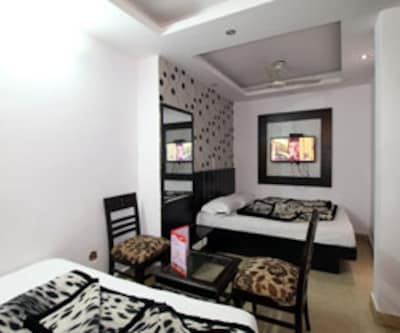 Executive Room, Executive rooms offer a lovely stay. These rooms are gracefully planned with comfortable beds, make-up mirror, TV set for entertainment and a neat bathroom with constant supply of hot/cold water.