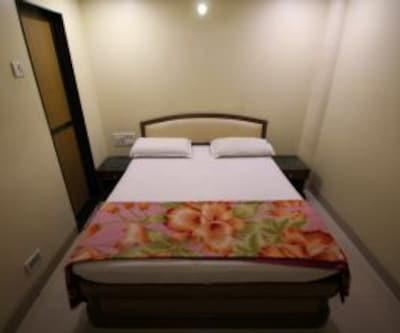 Standard Non AC Room, https://imgcld.yatra.com/ytimages/image/upload/c_fill,w_400,h_333/v1467532546/Domestic Hotels/Hotels_Mumbai/Trimurti Hotel/Standard Non AC Room/Standard_Non_AC_Room_2hlHoJ.jpg