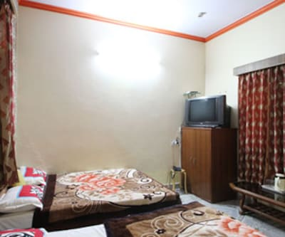 Hotel Rashmi, Taj East Gate Road,
