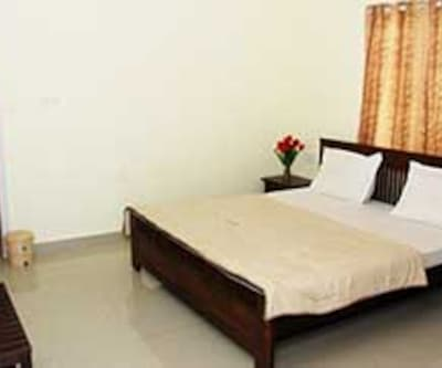 Standard Room With Breakfast, https://imgcld.yatra.com/ytimages/image/upload/c_fill,w_400,h_333/v1467535324/Domestic Hotels/Hotels_Ooty/Kumaran Cottages/Executive Room/Executive_Room_q9CRi2.jpg