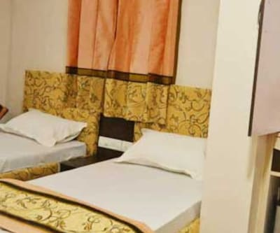 Deluxe Double Room With Breakfast, https://imgcld.yatra.com/ytimages/image/upload/c_fill,w_400,h_333/v1467536610/Domestic Hotels/Hotels_Varanasi/The Swastik Hotel/Deluxe Room-Breakfast/Deluxe_Room-Breakfast_4PaHoo.jpg