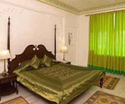 Deluxe Single Room, https://imgcld.yatra.com/ytimages/image/upload/c_fill,w_400,h_333/v1467552951/Domestic Hotels/Hotels_Udaipur/Swaroop Vilas ( Boutique Hotel )/Deluxe Room/Deluxe_Room_BT381Q.jpg