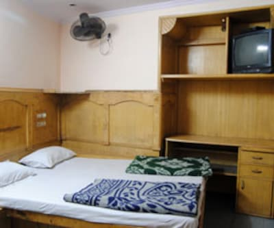 Standard Room, Standard rooms offer a comfortable stay. These rooms are gracefully planned with comfortable beds, make-up mirror, TV set for entertainment and a neat bathroom with constant supply of hot/cold water.
