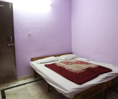 Standard Room non A/C, Standard rooms provide a wonderful stay. These rooms are modishly furnished with comfortable beds, Wi-Fi, premium television set and a stylish bathroom with constant supply of hot/cold water. Guests can avail room benefits for limited hours by well trained polite staff.