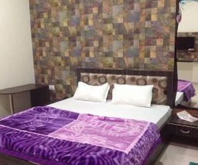 Ac Deluxe Room, https://imgcld.yatra.com/ytimages/image/upload/c_fill,w_400,h_333/v1467985664/Domestic Hotels/Hotels_Ujjain/Hotel Shreenath Palace/Ac Deluxe Room/Ac_Deluxe_Room_pMf2X8.jpg