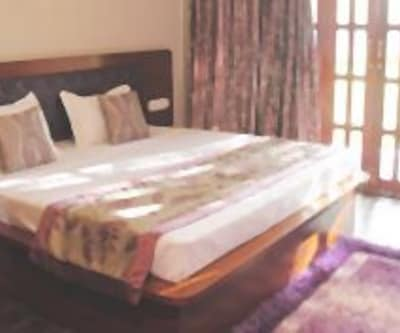 AC Deluxe Room, https://imgcld.yatra.com/ytimages/image/upload/c_fill,w_400,h_333/v1467986590/Domestic Hotels/Hotels_Ratnagiri/Shantai Resort/AC Deluxe Room/AC_Deluxe_Room_QwtOH6.jpg