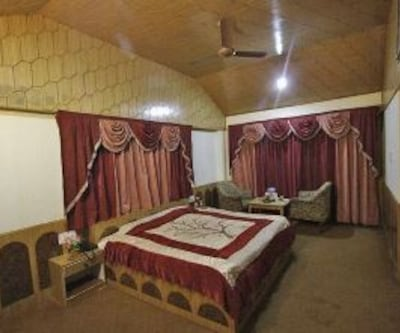 Deluxe Room, https://imgcld.yatra.com/ytimages/image/upload/c_fill,w_400,h_333/v1467989598/Domestic Hotels/Hotels_Manali/Chandramukhi Cottage/Deluxe Room/Deluxe_Room_6ybOux.jpg