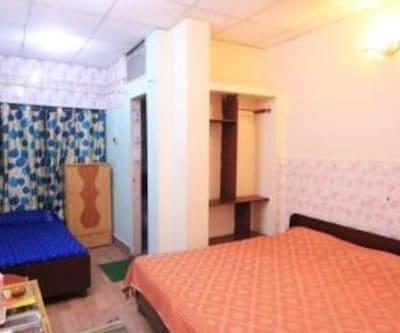 AC Double Room, https://imgcld.yatra.com/ytimages/image/upload/c_fill,w_400,h_333/v1467992453/Domestic Hotels/Hotels_Amritsar/Hotel Sahara International/AC Double Room/AC_Double_Room_fQTxWj.jpg