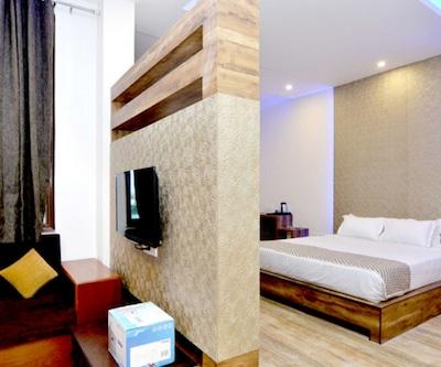 Suite Room with Breakfast, https://imgcld.yatra.com/ytimages/image/upload/c_fill,w_400,h_333/v1488883654/Hotel/Jaipur/00056982/Execuitve_Room_(2)_HrbtA4.jpg