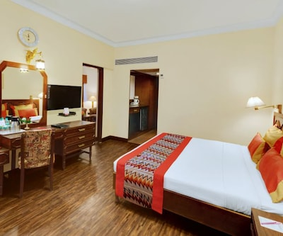 Deluxe Double - Room Only, https://imgcld.yatra.com/ytimages/image/upload/c_fill,w_400,h_333/v1493615689/Hotel/Aurangabad/00000012/Deluxe_Suite_-_11_kf4EUJ.jpg