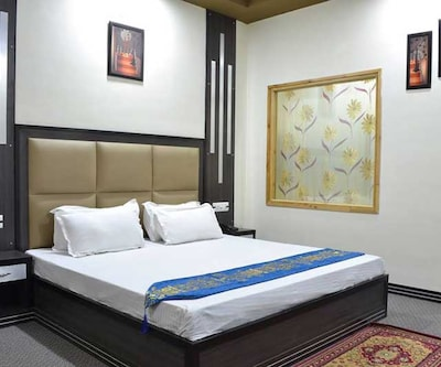 Executive Room - Double Room only, https://imgcld.yatra.com/ytimages/image/upload/c_fill,w_400,h_333/v1496385182/Hotel/Manali/00056015/0034415001473655040_WoQ9QP.jpg