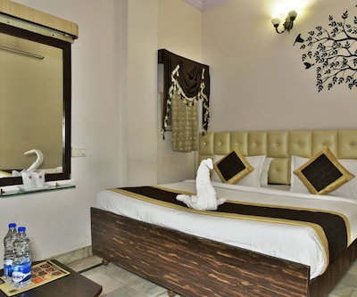 Deluxe Room Only, https://imgcld.yatra.com/ytimages/image/upload/c_fill,w_400,h_333/v1500875703/Hotel/Amritsar/00038979/Deluxe_3_EaiI8O.jpg