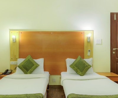 Standard Room Only, https://imgcld.yatra.com/ytimages/image/upload/c_fill,w_400,h_333/v1500877289/Hotel/Udaipur/00003989/Standard_Single_and_Double_jA0HnZ.jpg