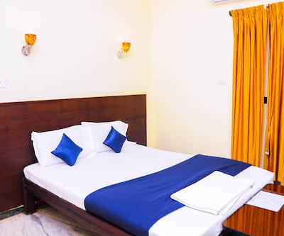 Deluxe Room With Breakfast, https://imgcld.yatra.com/ytimages/image/upload/c_fill,w_400,h_333/v1501589752/Hotel/Puducherry/00001330/Deluxe_Room_1_AFT0i6.jpg