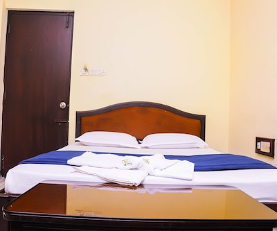 Standard Single Room Only, https://imgcld.yatra.com/ytimages/image/upload/c_fill,w_400,h_333/v1501589810/Hotel/Puducherry/00001330/Standard_Room2_F3gtdy.jpg