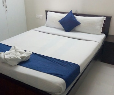 Deluxe Room, https://imgcld.yatra.com/ytimages/image/upload/c_fill,w_400,h_333/v1504852733/Hotel/Bengaluru/00096448/Deluxe_rm_I1wF97.jpg