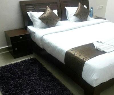 Standard Room, https://imgcld.yatra.com/ytimages/image/upload/c_fill,w_400,h_333/v1504852764/Hotel/Bengaluru/00096448/Standard_rm_zPbYb1.jpg