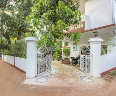 Well-furnished room for 2, 850 m from Candolim Beach,Goa