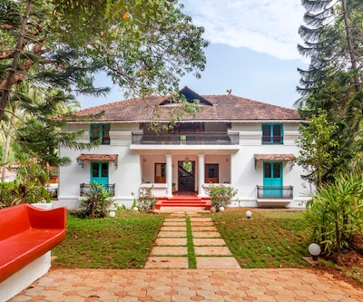 Opulent 8-BR cottage for a large group, located on Divar island,Goa