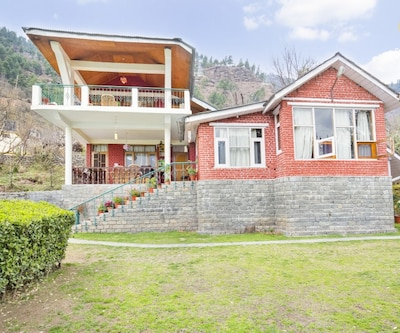 Well-furnished cottage for three with a gorgeous view,Manali