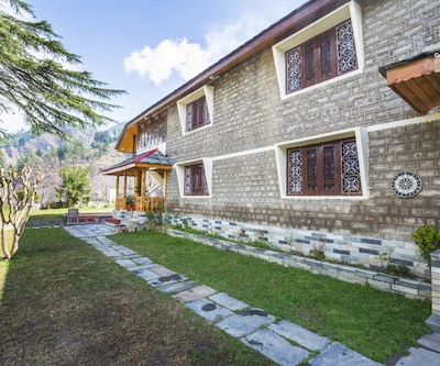 Stately 3-BR cottage for nature lovers, close to an art gallery,Manali