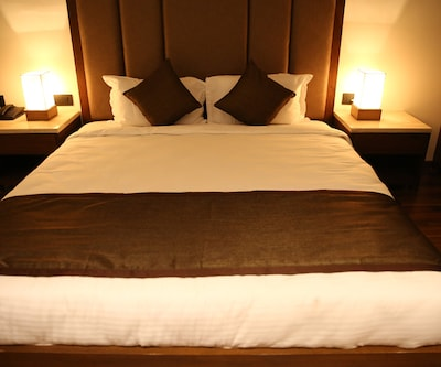 Deluxe Double - Room Only, https://imgcld.yatra.com/ytimages/image/upload/c_fill,w_400,h_333/v1507718347/Hotel/Ahmedabad/00102944/Deluxe_xiPGlJ.jpg