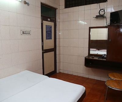 Non AC Room, https://imgcld.yatra.com/ytimages/image/upload/c_fill,w_400,h_333/v1508148446/Hotel/Chennai/00102961/Double_Non_AC_TEa7pv.jpg