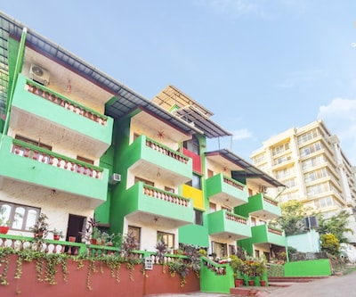 Vibrant space for three, 1.5 km from Dona Paula Beach,Goa