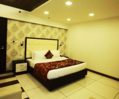 Deluxe Room With Breakfast, https://imgcld.yatra.com/ytimages/image/upload/c_fill,w_400,h_333/v1510031399/Hotel/Thekkady/00102955/Untitled_p68SlE.jpg