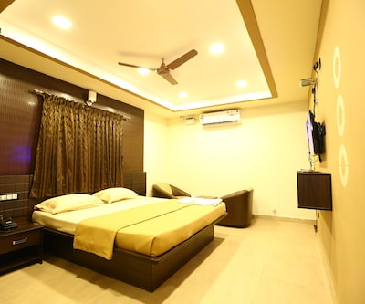Luxury AC Room Only, https://imgcld.yatra.com/ytimages/image/upload/c_fill,w_400,h_333/v1510551973/Hotel/00102658/0Z6A5594-min_DtN1Vq.jpg