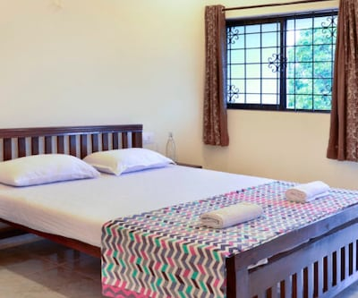 Luxury Room, https://imgcld.yatra.com/ytimages/image/upload/c_fill,w_400,h_333/v1510811300/Hotel/Goa/00104015/456454_C2Hb4m.jpg
