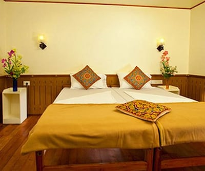 1 Bedroom, https://imgcld.yatra.com/ytimages/image/upload/c_fill,w_400,h_333/v1511496664/Hotel/Alappuzha/00105401/Deluxe_Room_vTajQI.jpg
