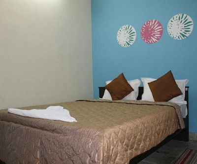 Standard Room, https://imgcld.yatra.com/ytimages/image/upload/c_fill,w_400,h_333/v1511929454/Hotel/East Godavari/00106822/5_zt8PCS.jpg