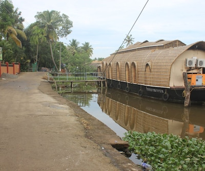 River Queen Six Bed Deluxe,Alleppey